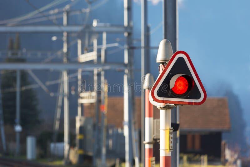 Rood eindelicht bij station stock foto