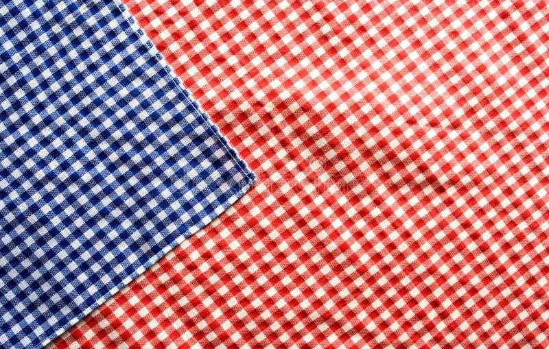 Rood en blauw geruit gevormd tafelkleed royalty-vrije stock afbeelding