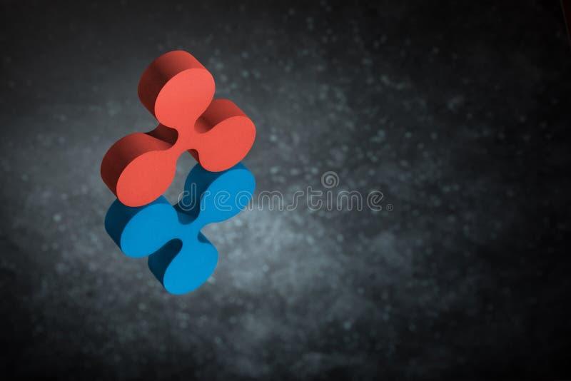 Rood en Blauw Rimpelingsvalutasymbool in Spiegelbezinning over Donker Dusty Background royalty-vrije stock foto's