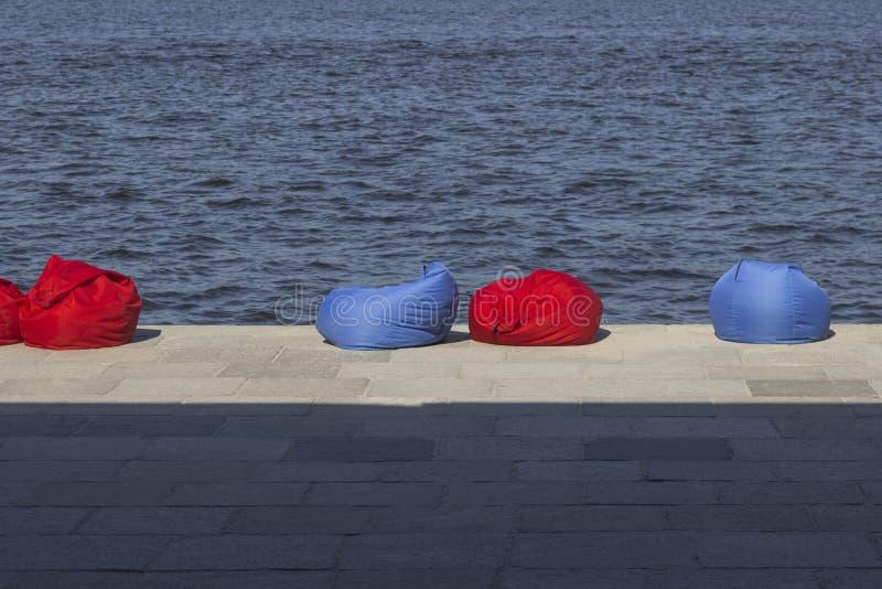 Rood en blauw strandkinderspel op de rivierbank Rust streek stock afbeeldingen
