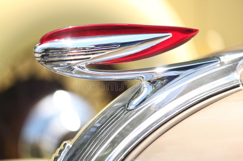 Rood en Chrome Hood Ornament stock foto