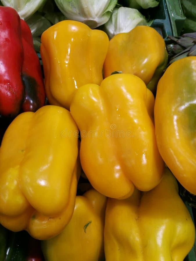 Rood en Groene paprika's bij landbouwersmarkt stock foto