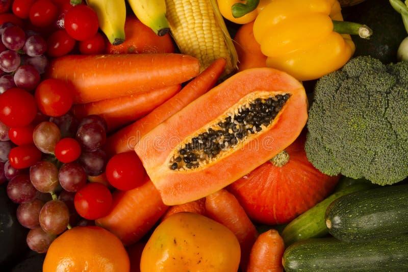 Rood en oranje van Vruchten en groenten bij kruidenierswinkelsbureau dat samen worden gemengd stock afbeelding