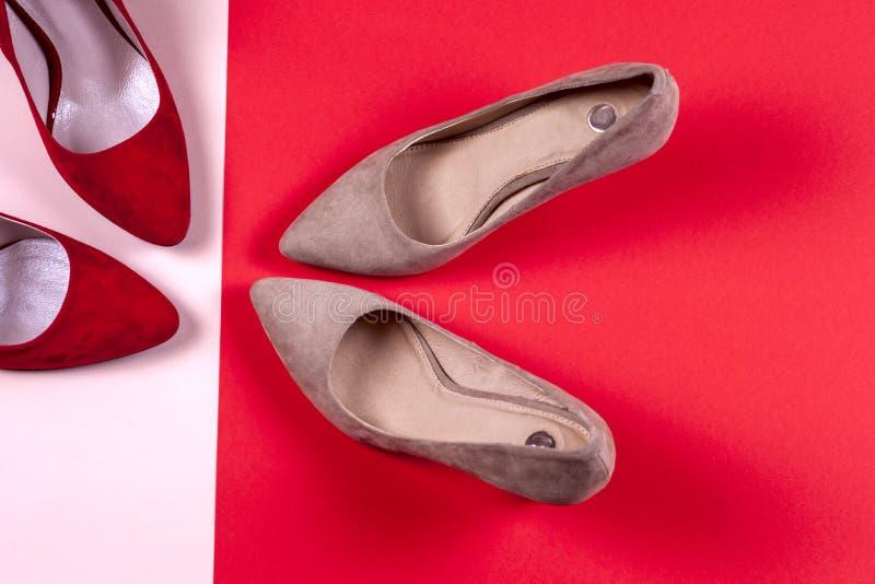 Rood en pastelkleur vrouwelijke high-heeled schoenen royalty-vrije stock afbeelding
