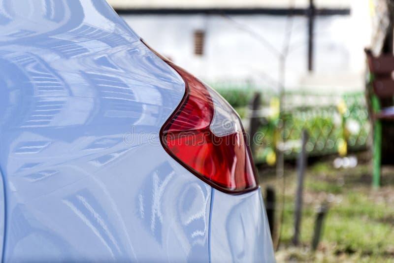 Rood en wit achterlicht op de auto stock afbeeldingen