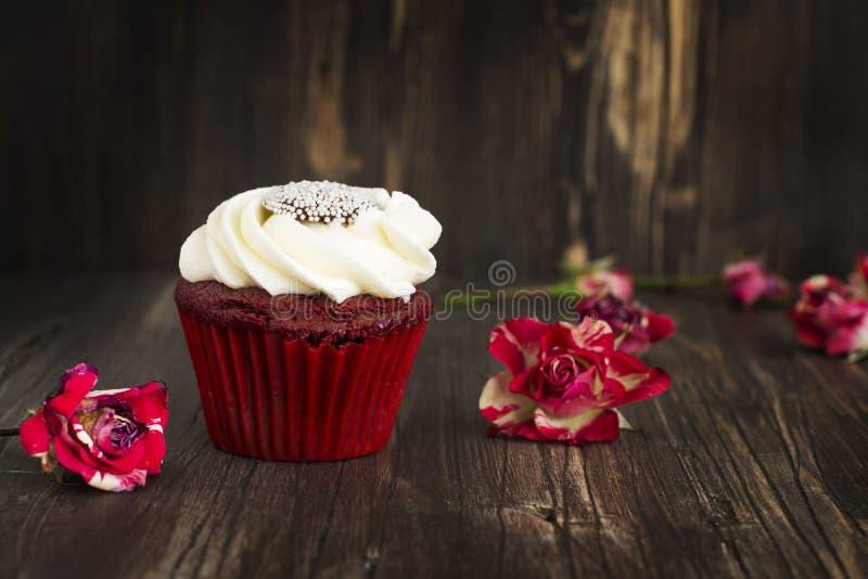 Rood fluweel cupcake over houten achtergrond royalty-vrije stock foto