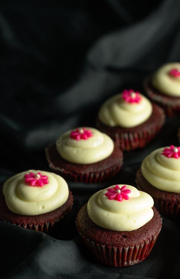 Rood Fluweel Cupcakes stock foto