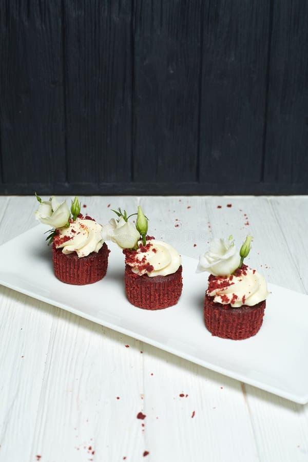 Rood fluweel cupcakes met kersenjam en knapperig royalty-vrije stock foto's