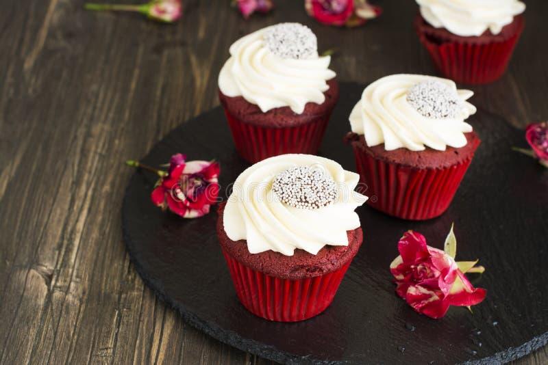 Rood fluweel cupcakes over houten achtergrond royalty-vrije stock afbeelding