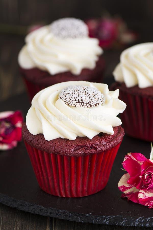 Rood fluweel cupcakes over houten achtergrond royalty-vrije stock afbeeldingen