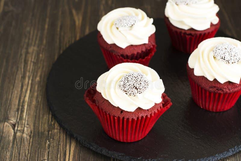 Rood fluweel cupcakes over houten achtergrond stock fotografie