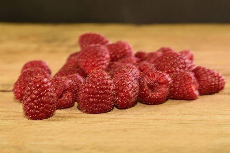 Rood-Fruited frambozen op houten achtergrond Frambozenachtergrond Close-up stock afbeeldingen
