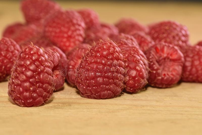 Rood-Fruited frambozen op houten achtergrond Frambozenachtergrond Close-up stock foto's