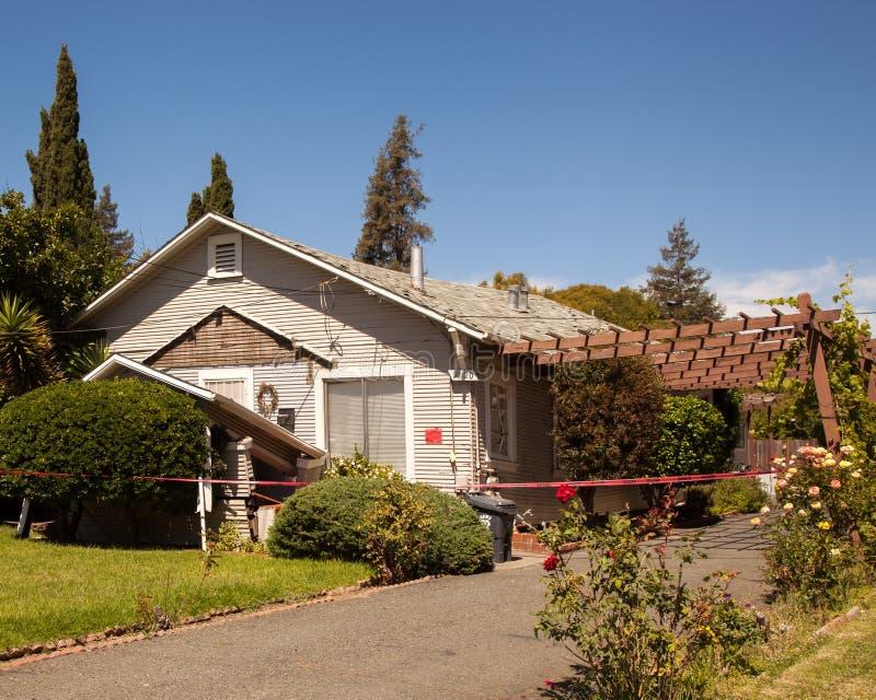 Rood geëtiketteerd huis na instorting die 6 volgen 1 aardbeving royalty-vrije stock foto's