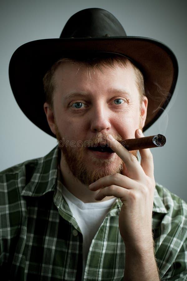 Rood-gebaarde mens in een cowboyhoed en een overhemd stock foto's
