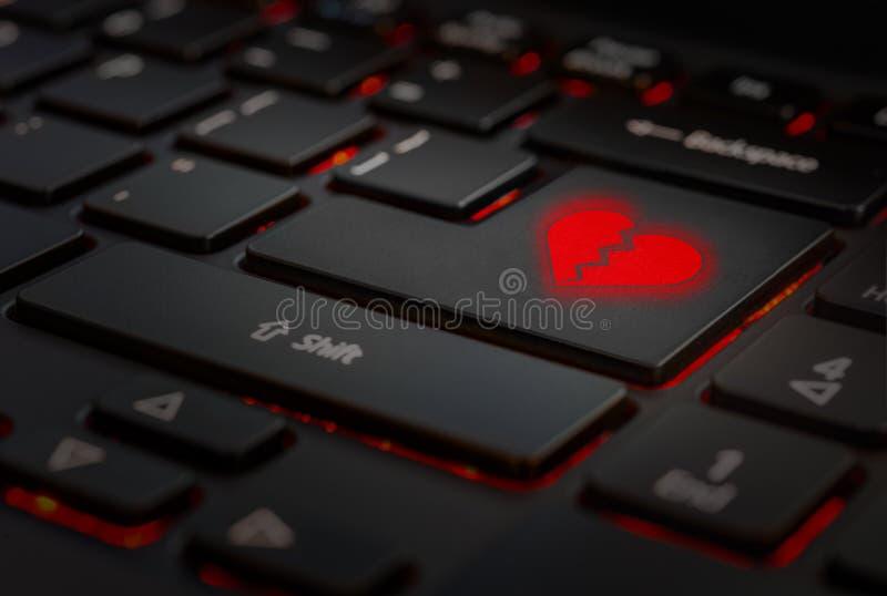 Rood gebroken hart in toetsenbord royalty-vrije stock afbeeldingen