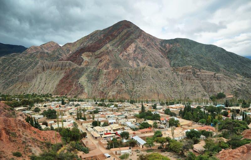 Rood-gekleurde berg in Purmamarca stock afbeelding