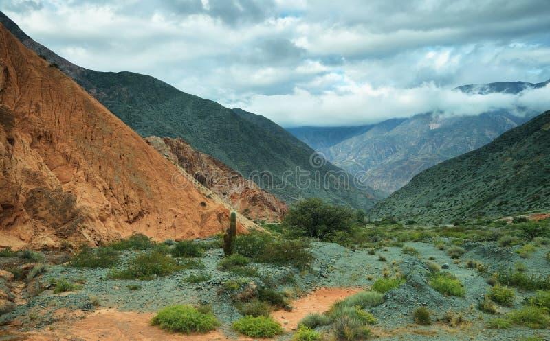 Rood-gekleurde berg in Purmamarca royalty-vrije stock foto