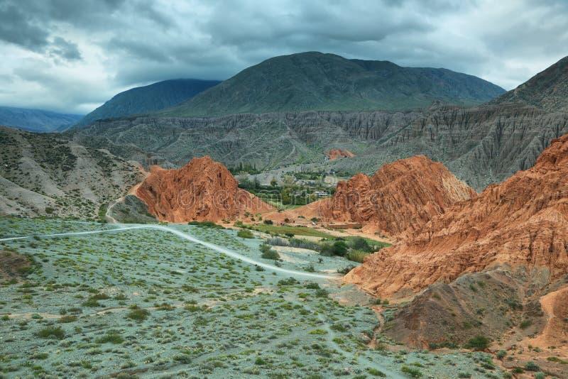 Rood-gekleurde berg in Purmamarca royalty-vrije stock afbeeldingen