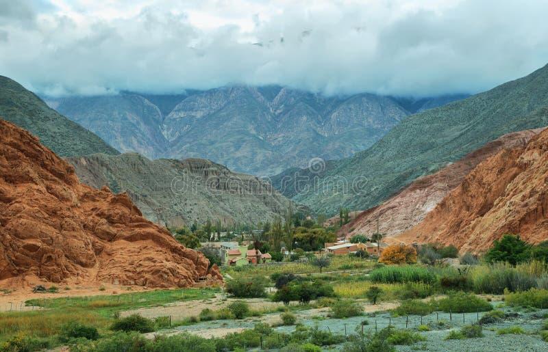 Rood-gekleurde berg in Purmamarca stock afbeeldingen