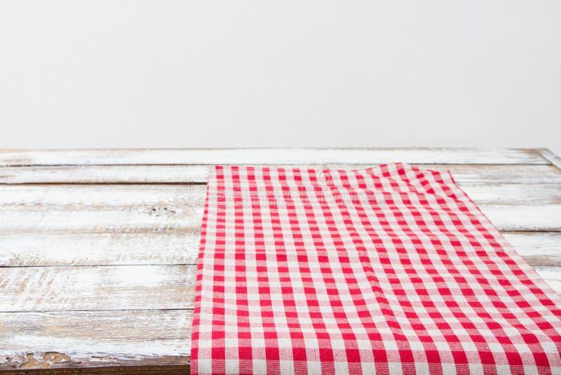 Rood geruit tafelkleed op een houten keukenlijst, exemplaarruimte royalty-vrije stock afbeeldingen