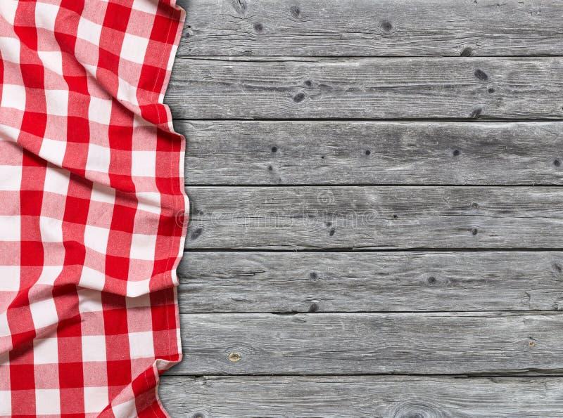 Rood geruit tafelkleed op houten achtergrond royalty-vrije stock foto