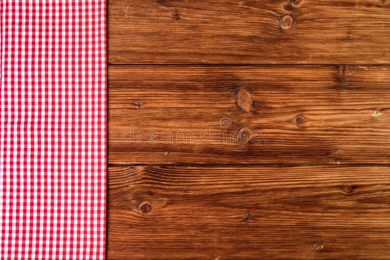 Rood geruit tafelkleed op oude houten Hoogste mening als achtergrond, tekstruimte royalty-vrije stock afbeelding