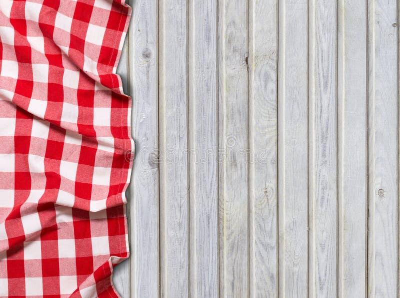 Rood geruit tafelkleed op witte houten achtergrond stock foto