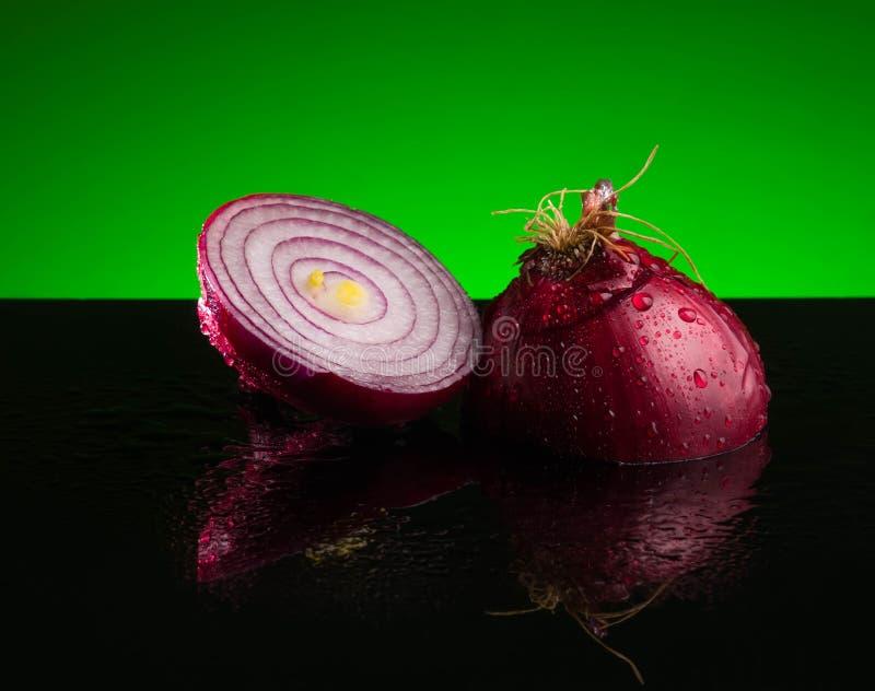 Rood gesneden uikruid, plak, ruwe besnoeiing, voedsel, ingrediënt, de helft, verse installatie, organisch, wit, vegetariër stock afbeelding
