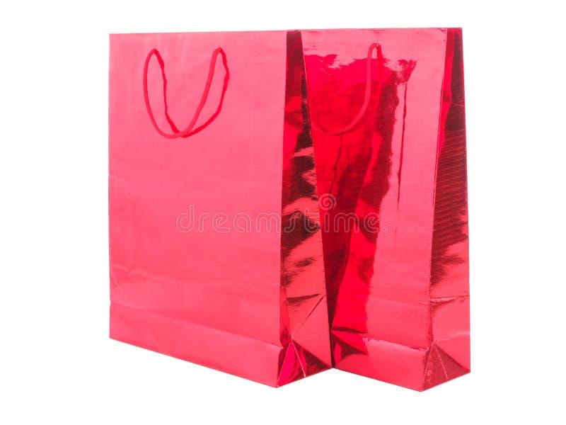 ROOD GIFTpakket OP WITTE ACHTERGROND Kleurrijke die document het winkelen zakken op wit worden geïsoleerd royalty-vrije stock afbeeldingen