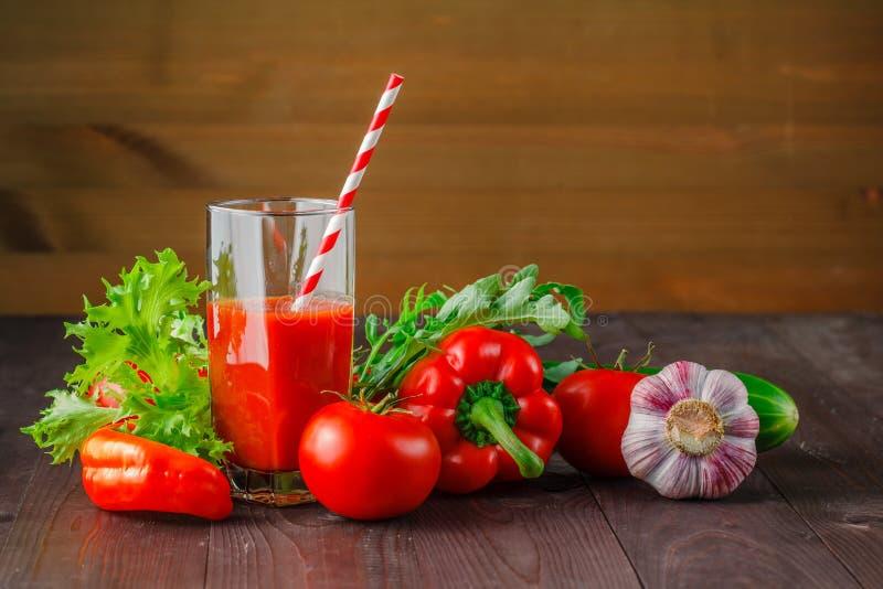 Rood goed - zijnd sap met groenten op een houten lijst stock foto's