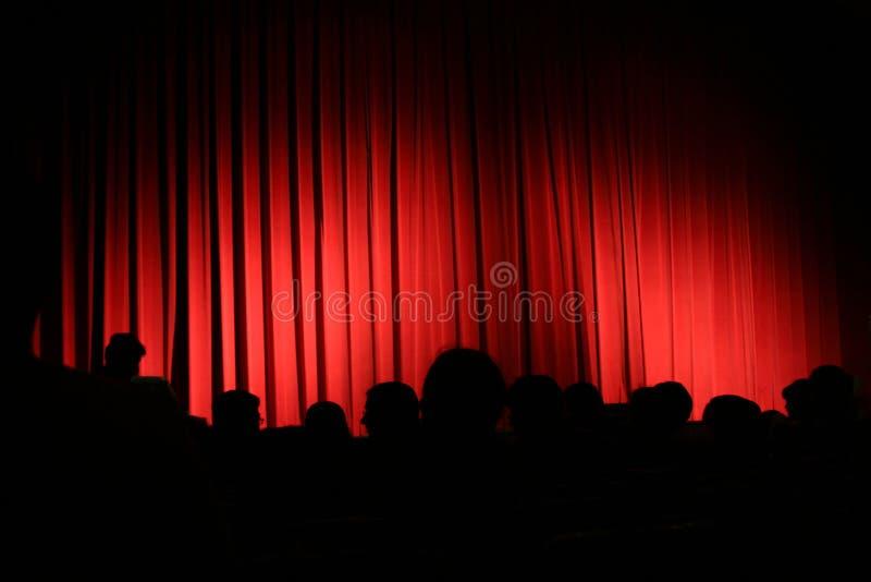 Rood gordijn met publiek royalty-vrije stock afbeeldingen