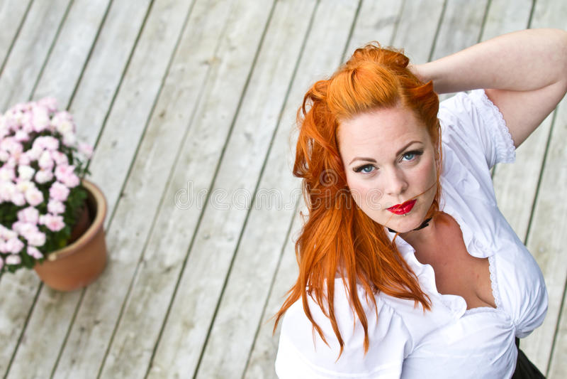 Rood haarmeisje in speld-omhooggaande stijl royalty-vrije stock foto's