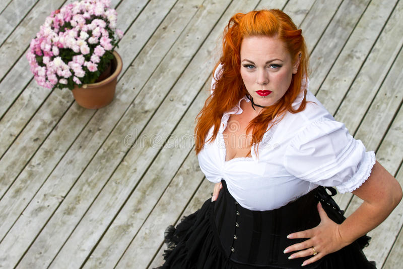 Rood haarmeisje in speld-omhooggaande stijl stock foto