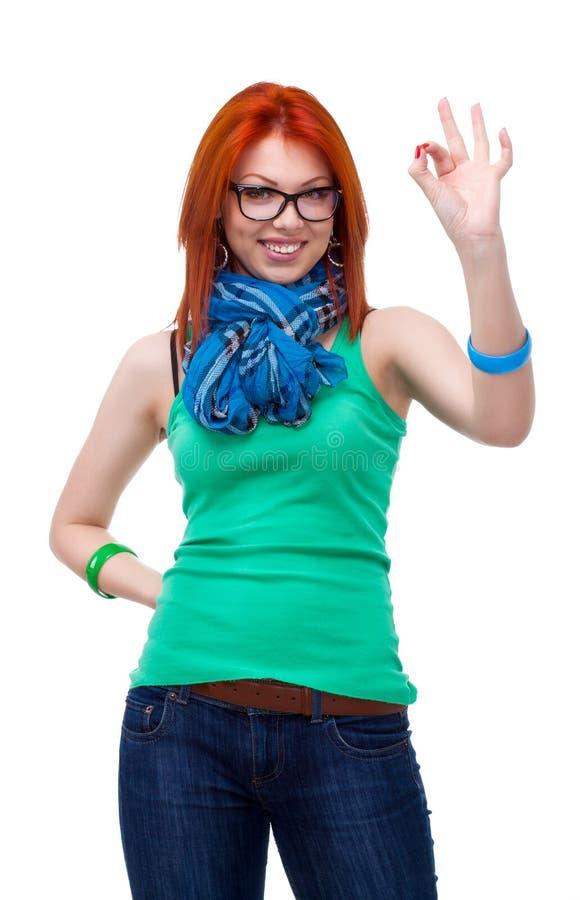 Rood haired meisje dat o.k. gebaar toont royalty-vrije stock foto