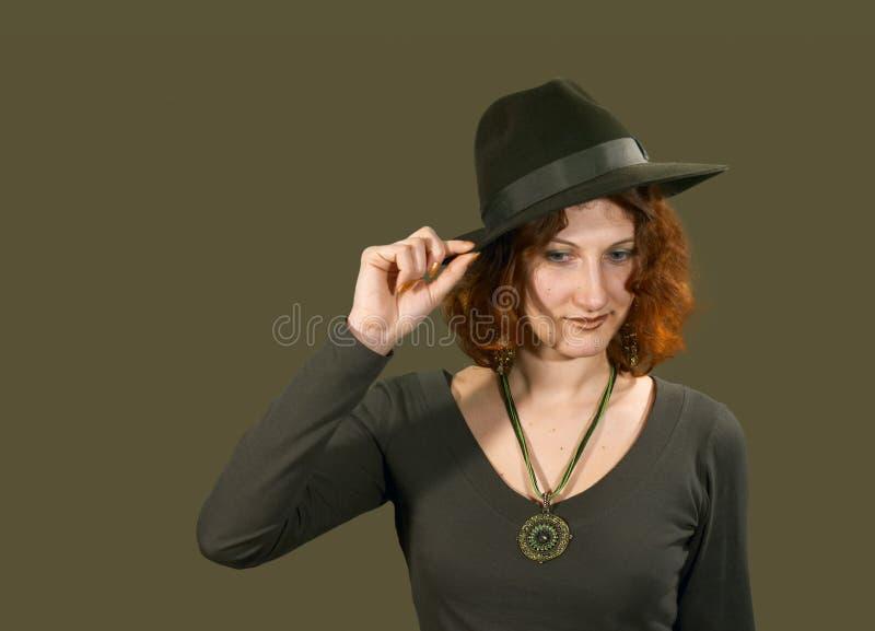 Rood haired meisje in hoed