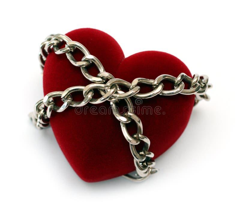 Rood hart dat met ketting wordt gesloten stock foto