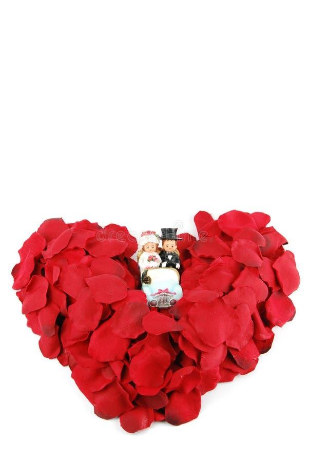 Rood hart dat van roze bloemblaadjes voor de Dag van de Valentijnskaart wordt gemaakt royalty-vrije stock fotografie