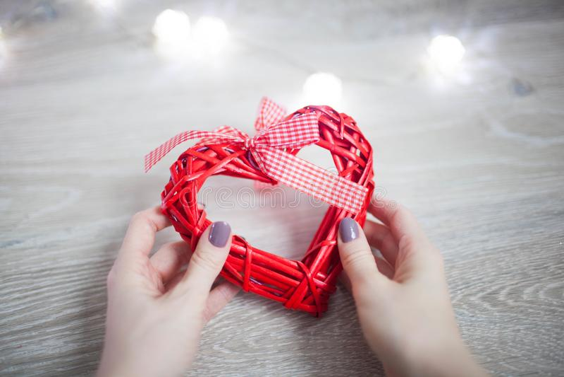 Rood hart in de handen van een jonge vrouw royalty-vrije stock fotografie