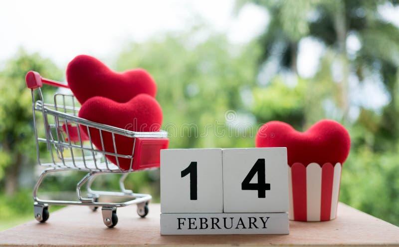 Rood hart in een boodschappenwagentje op 14 Februari De dag van de valentijnskaart royalty-vrije stock afbeeldingen