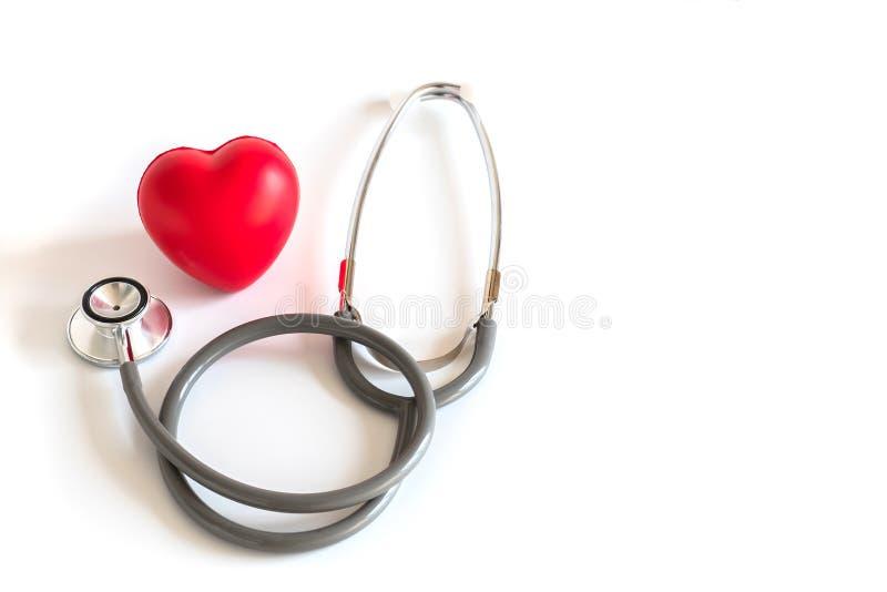 Rood hart en een medische Gezondheidszorg van de stethoscoopmedische apparatuur royalty-vrije stock fotografie