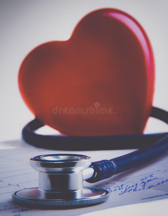 Download Rood Hart En Een Stethoscoop Op Bureau Stock Afbeelding - Afbeelding bestaande uit gezond, klinisch: 107705297