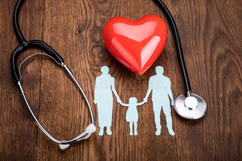 Rood hart en een stethoscoop op bureau stock afbeeldingen