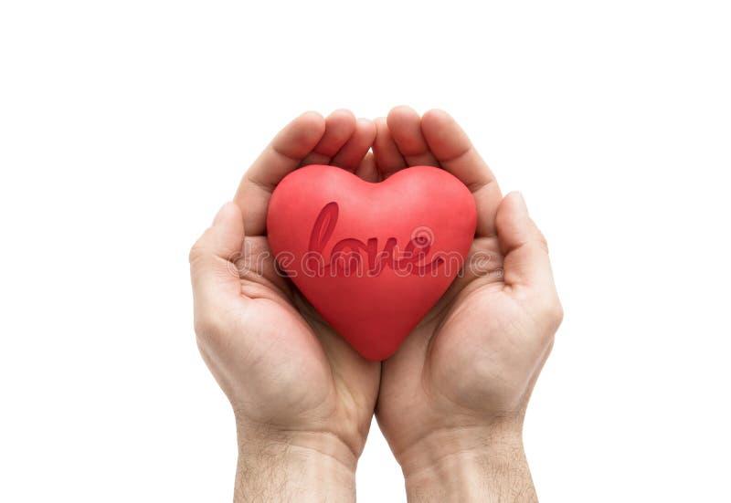 Rood hart met gestempeld liefdewoord in mensen` s handen stock afbeeldingen