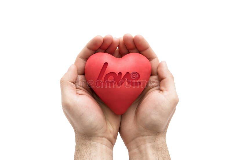 Rood hart met gestempeld liefdewoord in mensen` s handen stock foto's