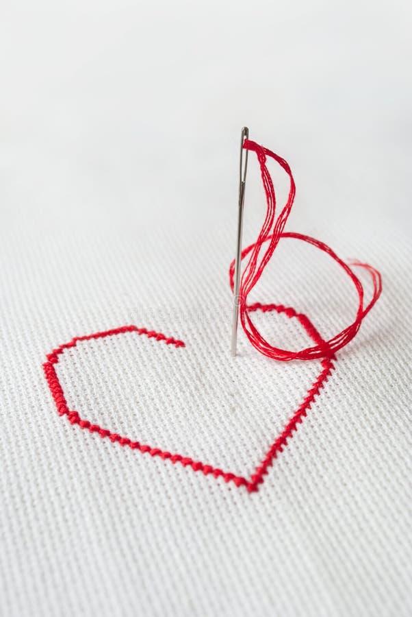 Rood hart met naald royalty-vrije stock fotografie