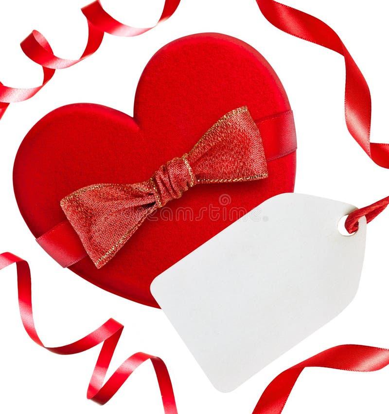 Rood hart met rode boog, linten en lege markering, stock foto