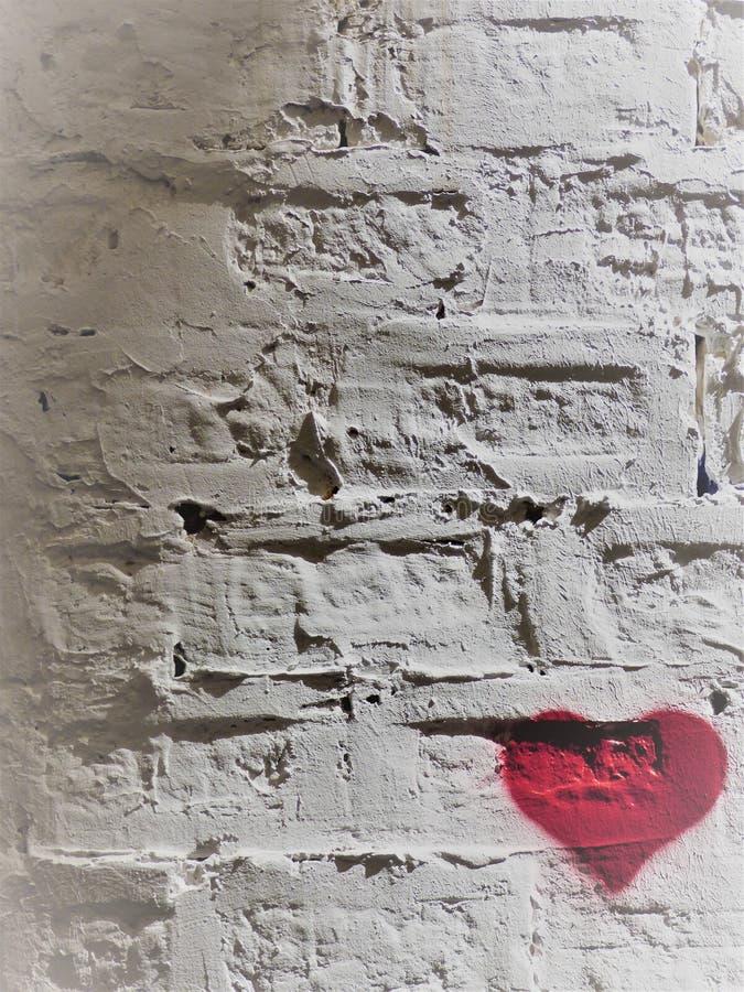Rood hart op een witte bakkerwand - 5 - rechtsonder stock foto's