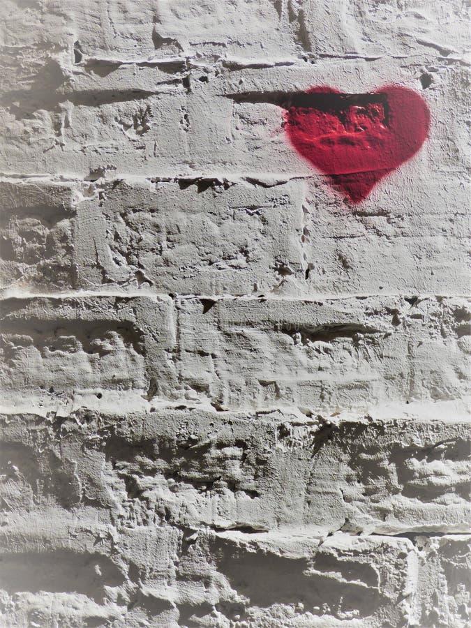 Rood hart op een witte bakstenen muur - 3 - rechtsboven royalty-vrije stock foto