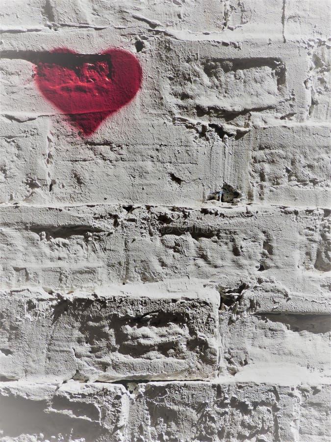 Rood hart op een witte bakstenen wand - 1 - linksboven royalty-vrije stock fotografie